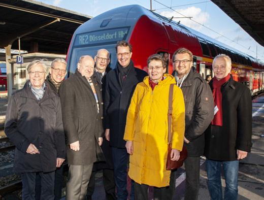 Gruppenbild mit Finanzminister Reinhold Hilbers aus Niedersachsen und Verkehrsminister Hendrik Wüst aus Nordrhein-Westfalen vor einem roten Doppelstockzug der länderübergreifenden Linie RE 2