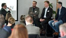 "(v. li.) Moderation (Dirk Altwig) auf dem Podium (Jörn Fenske, Stephan Börger, Karsten Heinsohn) bei der Veranstaltung ""ÖPNV auf Kurkarte"""