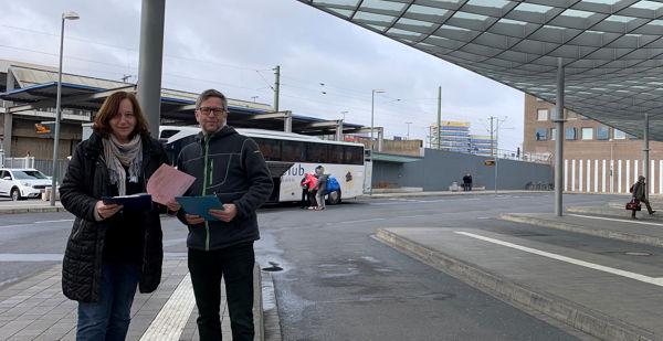 Anne Gottwald Müller und Dirk Holsten an einem ihrer Arbeitsplätze, dem Zentralen Omnibusbahnhof (ZOB) in Hannover, an dem auch Fernlinienbusse halten.